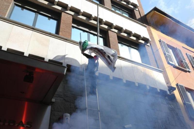 Μπολόνια: Φοιτητές κατέβασαν την ελληνική σημαία από το προξενείο