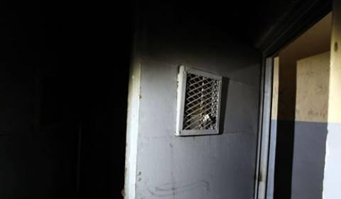 Bίντεο: Ο παπάς-φύλακας άγγελος κρατουμένων