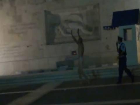 Βίντεο: Και δεύτερος γυμνός στη Βουλή!