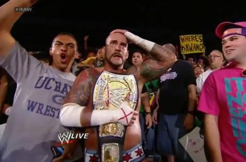 Βίντεο: Ο πρωταθλητής του WWE επιτέθηκε σε θεατή!