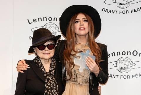 Βίντεο: Η Yoko Ono έδωσε βραβείο ειρήνης στη Lady Gaga