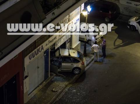 Αυτοκίνητο πέρασε μέσα από τζαμαρία ψιλικατζίδικου
