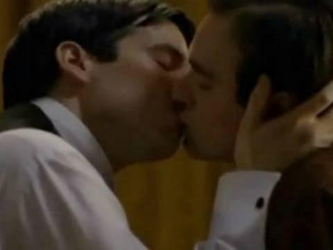 Βίντεο: Το gay φιλί που λογόκρινε η NET από τηλεοπτική σειρά