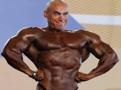 Ξεκαρδιστικό FAIL: O bodybuilder με το ψεύτικο μαύρισμα!