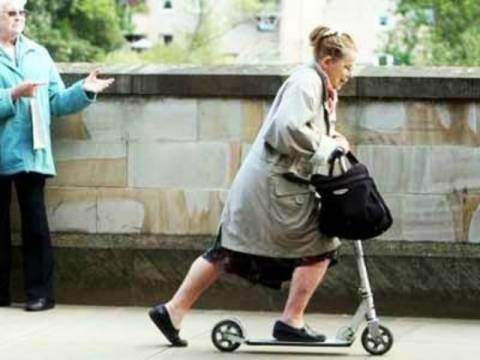 Η σούπερ γιαγιά... πάει παντού με το πατίνι της!
