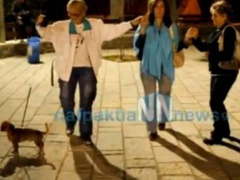 Απίστευτο βίντεο: Σκύλος χορεύει... τσάμικο στη Ναύπακτο!
