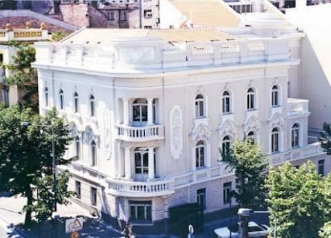 Σε ποιες χώρες κλείνουν ελληνικές πρεσβείες και προξενεία
