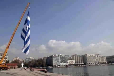 Η μεγαλύτερη γαλανόλευκη κυματίζει στη Θεσσαλονίκη