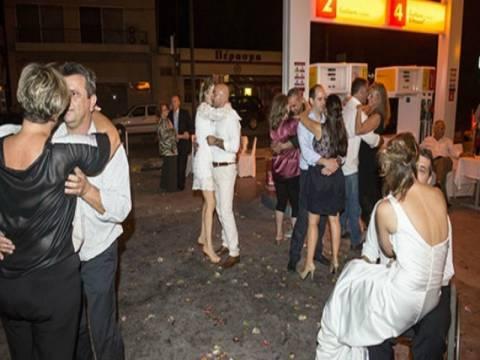 Απίστευτο και όμως ελληνικό: Γαμήλιο γλέντι σε... βενζινάδικο! (pics)