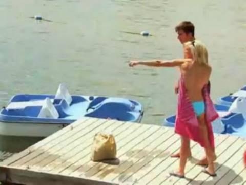 Βίντεο - φάρσα: Η topless ξανθιά και ο... καρχαρίας