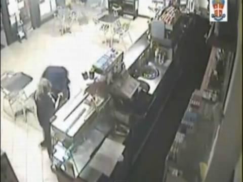 Απίστευτο βίντεο: Γυναίκα έπιασε τον ληστή και τον έσπασε στο ξύλο