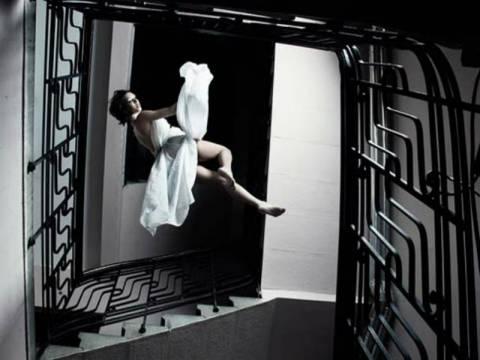 Απίστευτες εικόνες: Γυναίκες που αψηφούν τη βαρύτητα