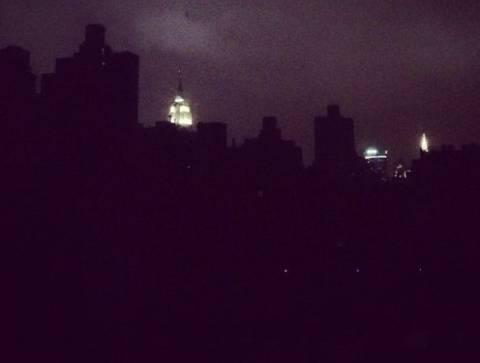 Στο σκοτάδι μεγάλο μέρος της Νέας Υόρκης