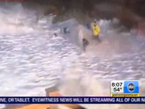 Βίντεο - τυφώνας Σάντι: Ρεπόρτερ εναντίον... κυμάτων!