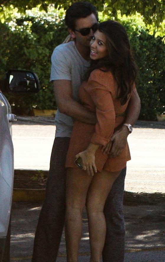 Χούφτωνε τη διάσημη κοπέλα του στη μέση του δρόμου! (pics)