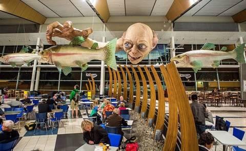 Ένα τεράστιο Gollum «εισέβαλε» στο αεροδρόμιο