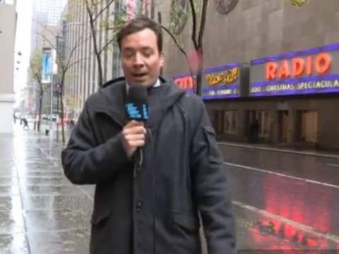 Βίντεο: Έκανε μόνος του εκπομπή την ώρα του τυφώνα
