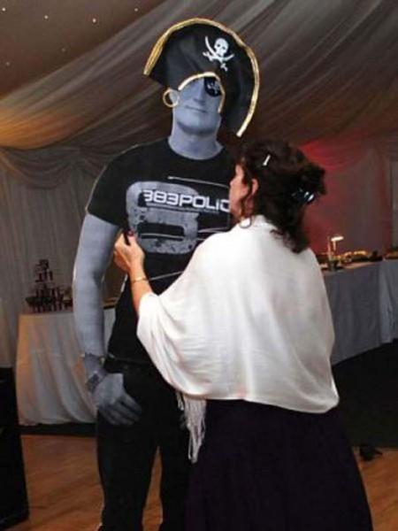 Μπορείτε να βρείτε τι δεν πάει καλά σε αυτήν την φωτογραφία γάμου;