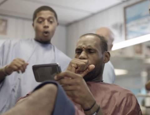 Βίντεο: Όταν LeBron James συνάντησε το Galaxy Note 2