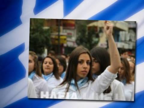 Απέβαλαν μαθήτρια επειδή ύψωσε τη γροθιά της στην παρέλαση (vid)