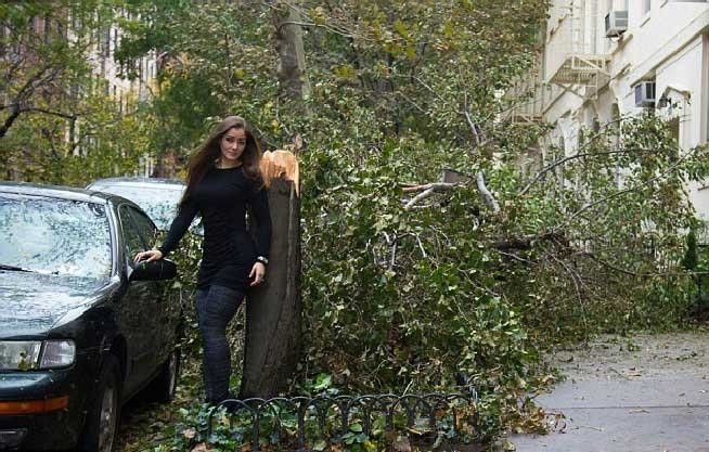 Βρίζουν μοντέλο που ποζάρει μπροστά στις καταστροφές του τυφώνα Σάντι
