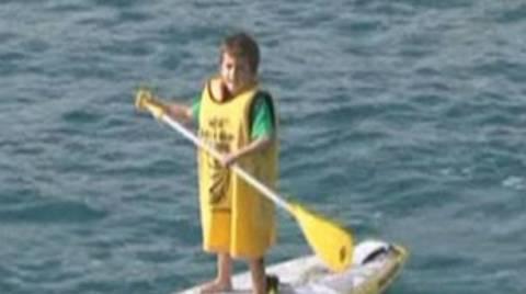 Βίντεο: Ενας 8χρονος διέσχισε τον Ισθμό με ένα κουπί