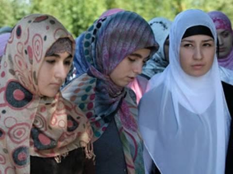 Τιμωρήθηκαν επειδή δεν φορούσαν τη μαντήλα