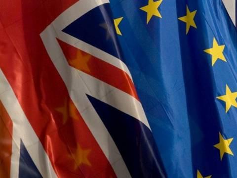 Η πλειοψηφία των Βρετανών θέλει να αποχωρήσουν από την  Ε.Ε.