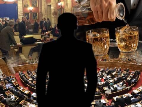 Σύμβουλος του Σαμαρά έπινε ουισκάκια την ώρα της ψηφοφορίας