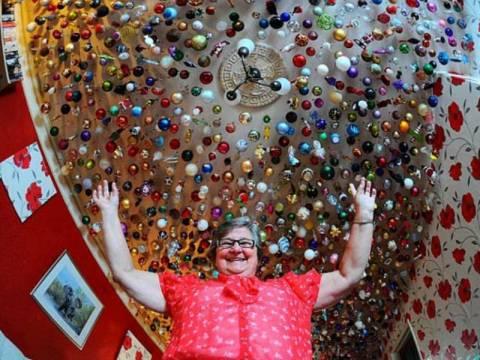 Απίθανο: Έχει γεμίσει το σπίτι της με 1.750 χριστουγεννιάτικες μπάλες!