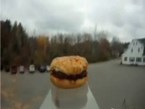 Βίντεο: Έστειλαν ένα... χάμπουργκερ στο διάστημα και επέστρεψε άθικτο!