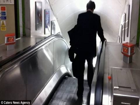 Ξεκαρδιστικό βίντεο: Μεθυσμένος επιχειρηματίας vs κυλιόμενης σκάλας