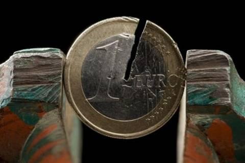Fitch: Μονόδρομος το κούρεμα του δημοσίου χρέους