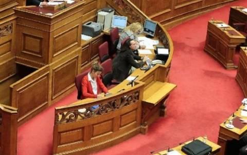 Συνωστισμός στην «έξοδο» των υπαλλήλων της Βουλής