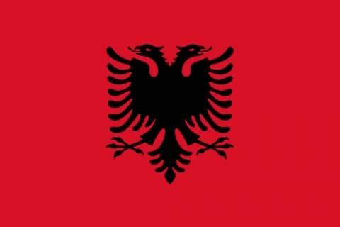 Απίστευτο! Πέταξε  με τις κλωτσιές Αλβανούς έξω από το σπίτι του