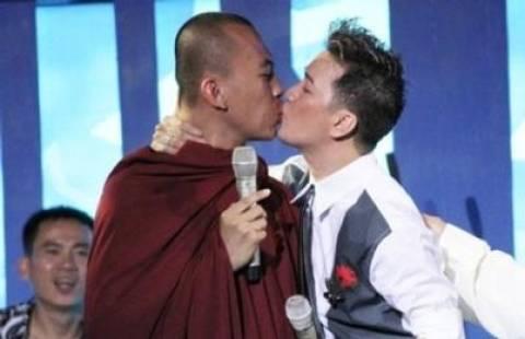 Μοναχός εγκατέλειψε μοναστήρι επειδή τον φίλησε άντρας!