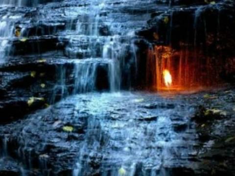 Στη βάση ενός καταρράκτη σιγοκαίει μια αιώνια φλόγα!