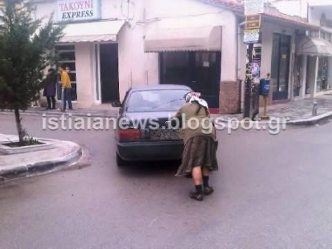 Απίστευτος: Οδηγός έβαλε τη... γυναίκα να σπρώχνει το αμάξι!