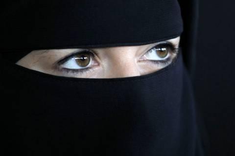 Ερευνα: Οι Τούρκοι θέλουν να είναι κοσμικοί...αλλά με μαντήλα!