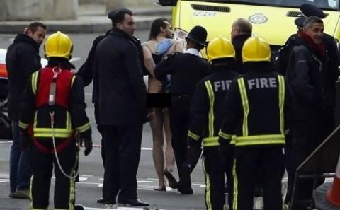 Απίστευτες εικόνες: Σκαρφάλωσε γυμνός σε άγαλμα του Λονδίνου!