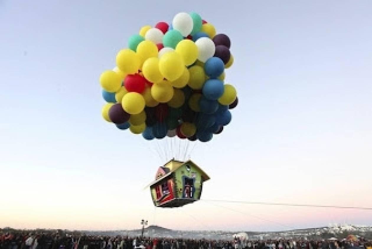 Σπίτι-Αερόστατο: Μπαλόνια με ήλιο υψώνουν πλωτό σπίτι στον ουρανό!