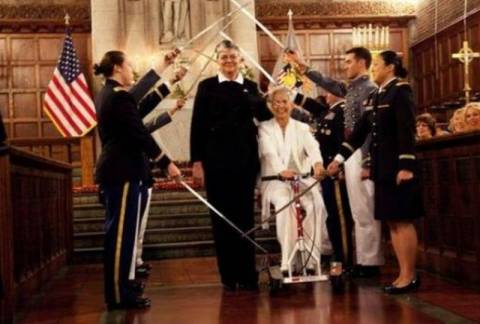 Ο πρώτος λεσβιακός γάμος σε στρατιωτική σχολή!