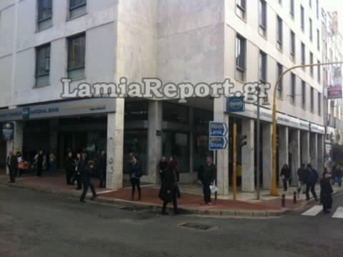 Λαμία: Έκαψαν την Ελληνική σημαία στο κέντρο της πόλης