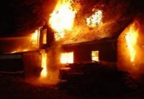 Tετραμελής οικογένεια στο δρόμο έπειτα από πυρκαγιά του σπιτιού της