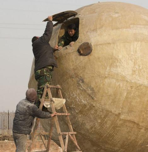 21 Δεκεμβρίου 2012: Αγρότης κατασκεύασε... κιβωτό-μπάλα!