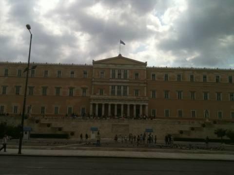 Οι υπάλληλοι της Βουλής διαμαρτύρονται και κάνουν στάση εργασίας