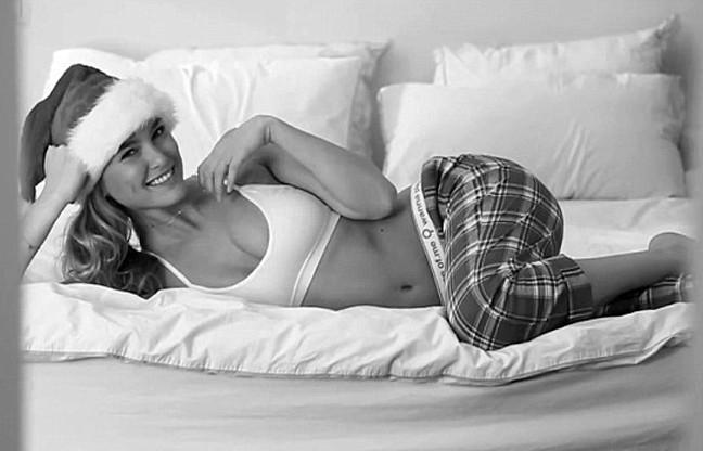 ΒΙΝΤΕΟ: Δείτε το καυτό... χριστουγεννιάτικο στριπτίζ της Bar Refaeli!