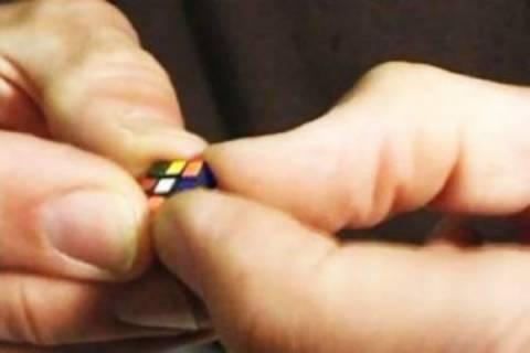 Βίντεο: Ο μικρότερος κύβος του Ρούμπικ στον κόσμο!