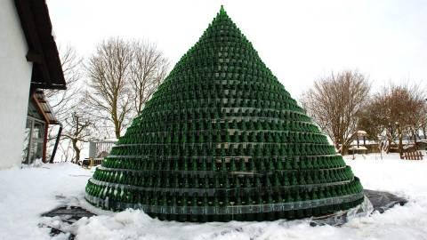 Ήπιαν 1.600 μπύρες για να φτιάξουν ένα χριστουγεννιάτικο δέντρο!