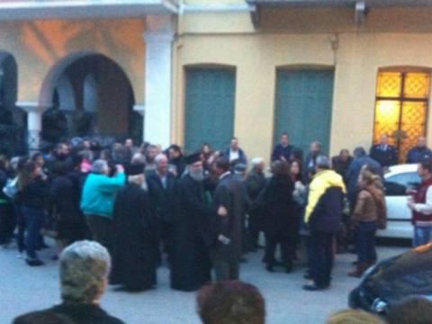 Ναύπακτος: Άρπαξαν ιερέα από τα γένια! (vid)